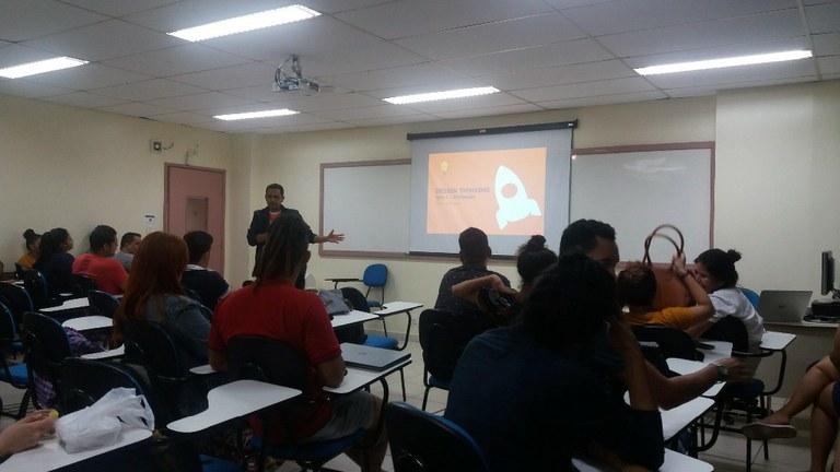 03_Professor Amarinildo Osório ministrando aula de Design Thinking - Fase de Prototipaç_o.jpg