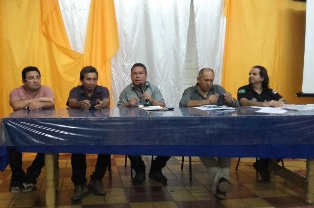 Membros do Núcleo de Estudos Afro-brasileiros e Indígena do IFAM se reúnem com lideranças indígenas.