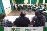 Professor Elias Bezerra de Souza realiza simulado de defesa de relatório com alunos da turma de secretariado subsequente.