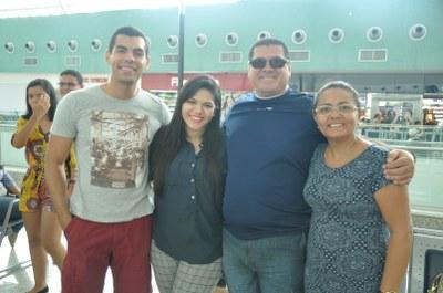 alunos no aeroporto indo para Portugal