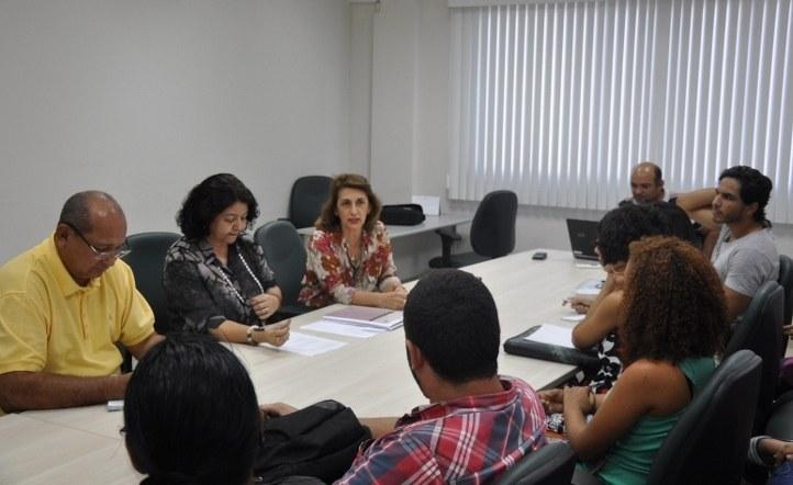 Pró-reitora de extensão conversa com alunos